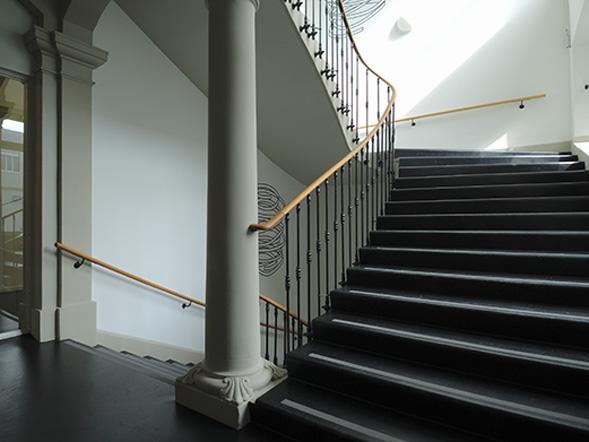 Treppenaufgang in der UniS zum Zentrum für universitäre Weiterbildung